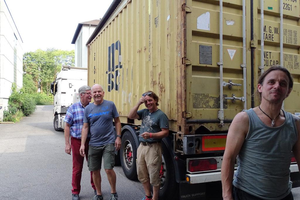Das l'Unique Foundation Team hat alles in den Container für Kathmandu verladen