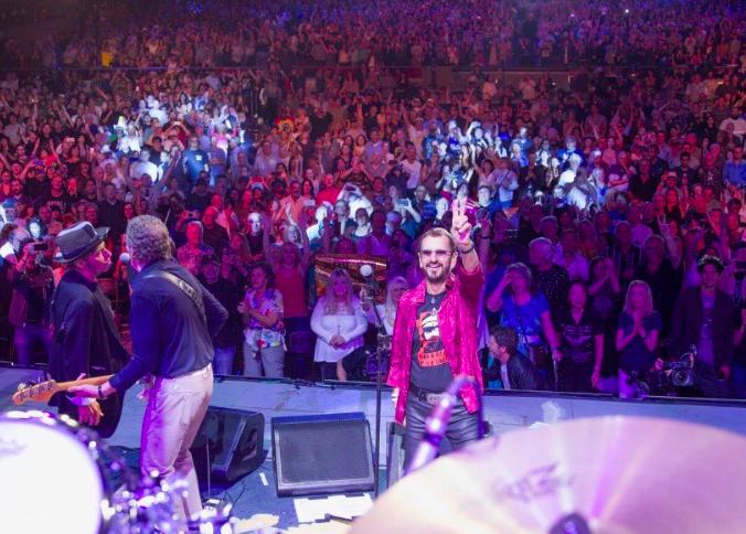 Offizielles T-Shirt der L'Unique Foundation, getragen auf der Bühne von Ringo Starr | Rock'n'Roll with a Cause!