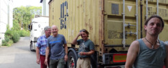 Das l'Unique Foundation team hat alles in den Container für Kathmandu verladen