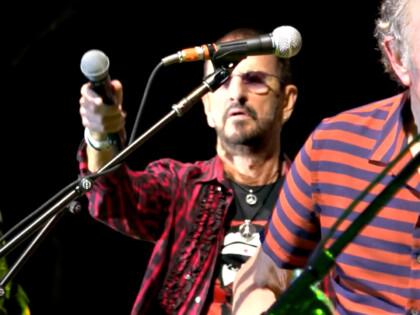 Ringo Starrs Jahresrückblick 2019 mit Szenen, in denen Ringo das L'Unique Foundation T-Shirt trägt